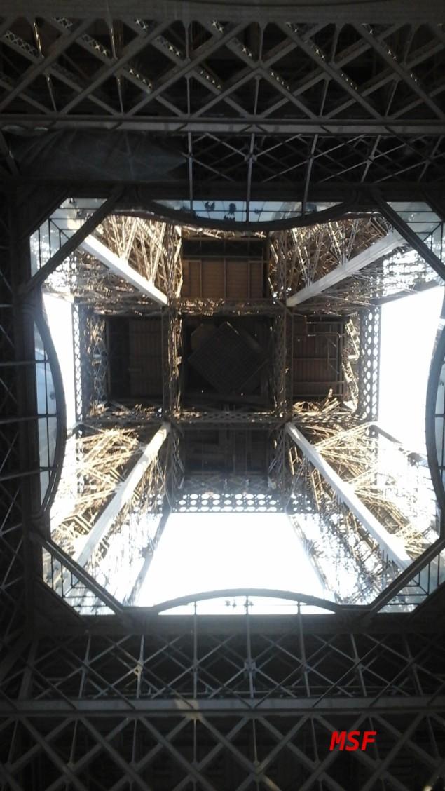 la torre Eiffel firma